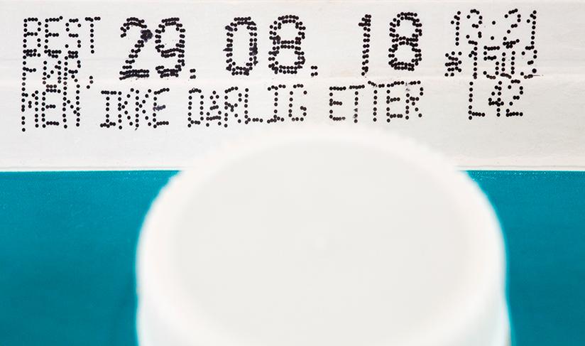 Fotografi som viser datomerking på en melkekartong.