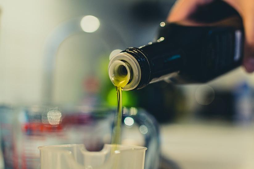 Fotografi av olivenolje.