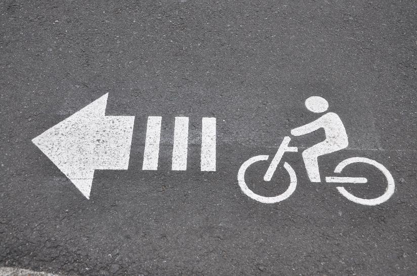 Fotografi av et piktogram på asfalt som viser til sykkelfelt.