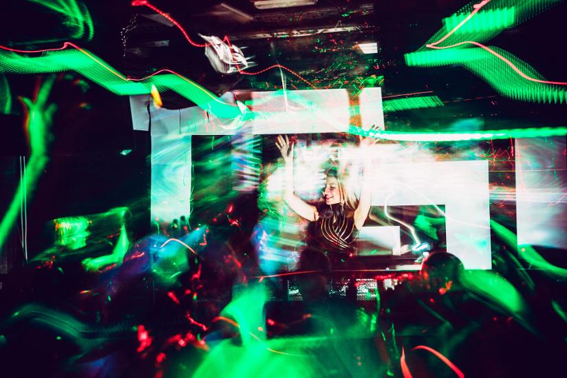 Fotografi av en DJ som spiller på en nattklubb.