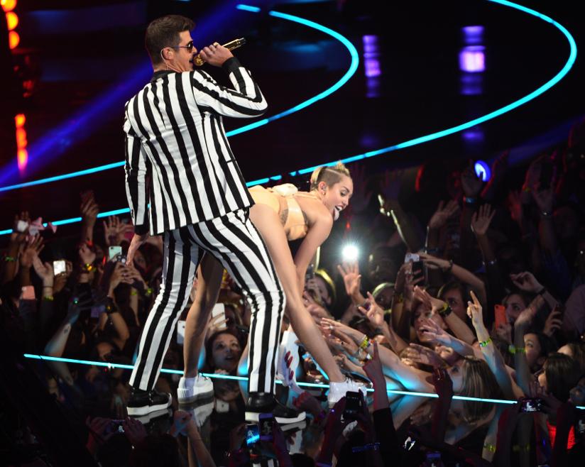 Fotografi av Miley Cyrus som twerker inntil Robin Thicke på scenen under MTV Video Music Awards i 2013.