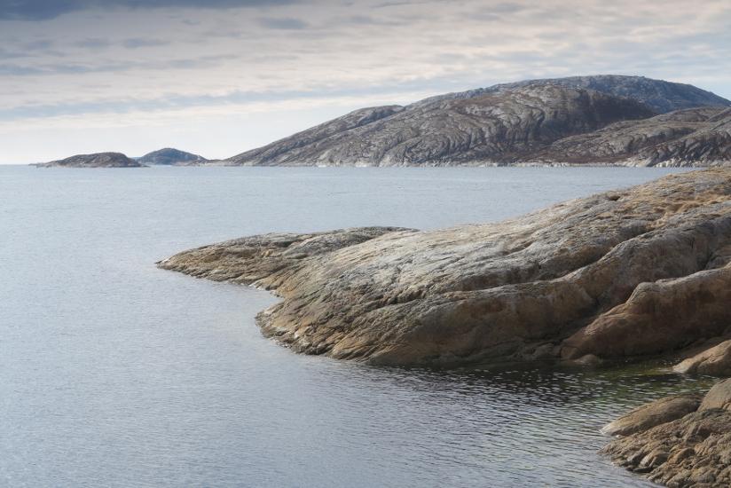 Fotografi av stille hav og svaberg.