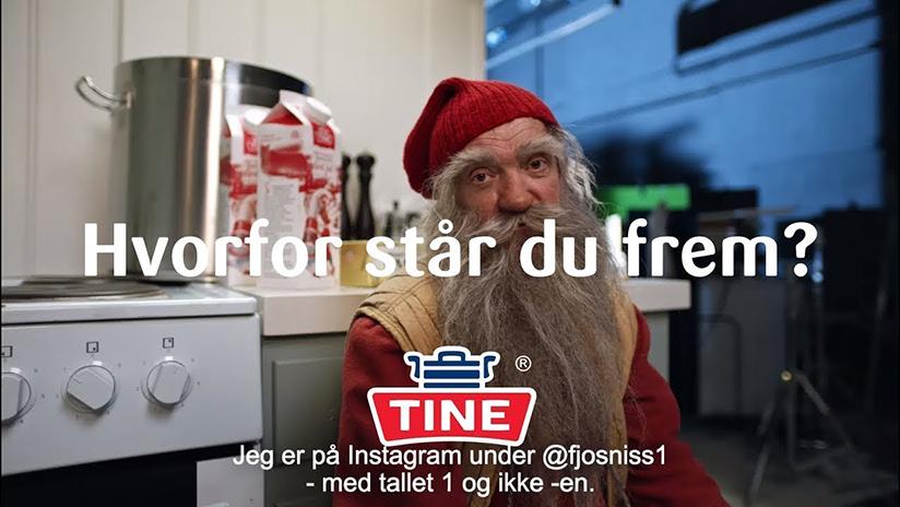 Stillbilde hentet fra en reklamefilm som markedsfører melk. Produktet vises fram av en fjøsnisse og sendes på TV før jul.