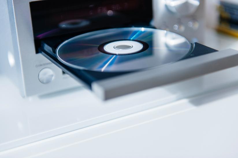 Fotografi av en CD i en CD-spiller.