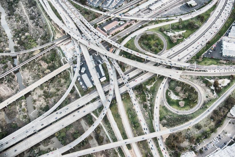 Fotografi av en trafikkmaskin der to store hovedveier møtes i California, USA. Fotografiet er tatt ovenfra og viser hvordan hoved- og tilførselsveier er koblet sammen.