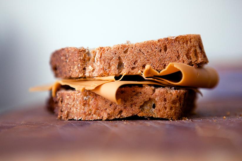 Fotografi som viser en matpakke med brødskiver og brunost.