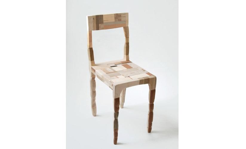 Fotografi av en stol som er laget av treavfall som er sagd opp i mindre biter. Patchwork-stolen er laget av møbeldesigner Amy Hunting.