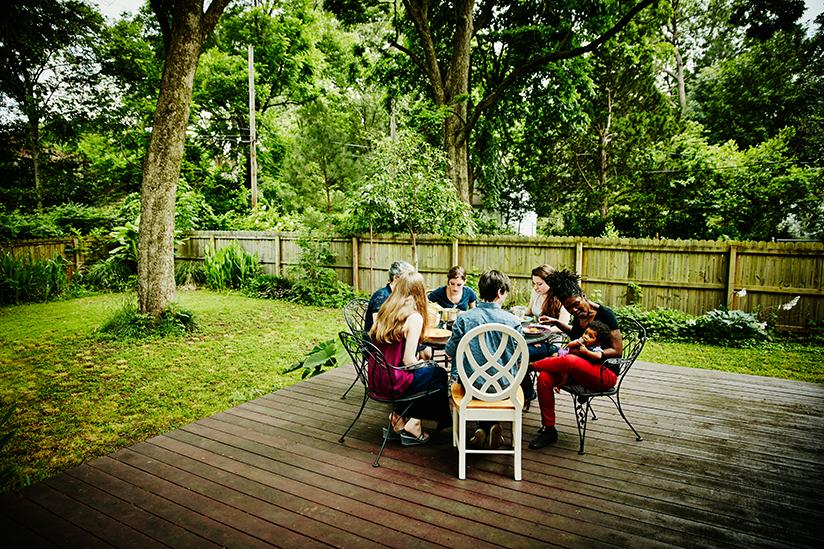 Fotografi av venner som spiser et måltid utendørs.
