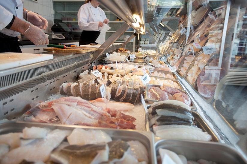 Fotografi av fersk fisk i en kjøledisk.