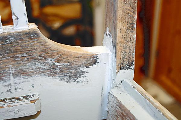 Fotografi av en stolrygg. Et skadet skjøte er reparert og fuget med akryl.