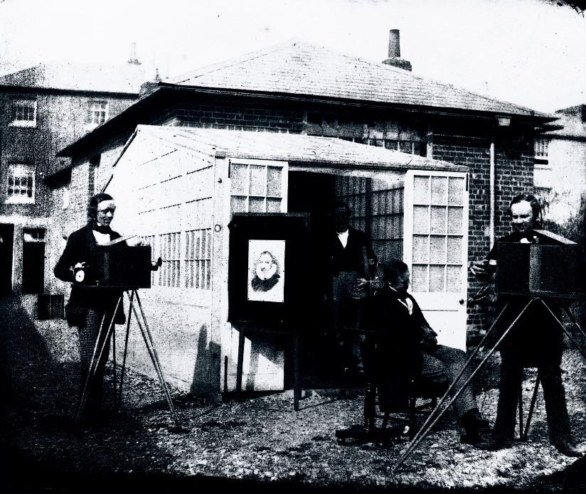Svart-hvitt fotografi av William Henry Fox Talbot som tar et portrett ved hjelp av kalotypi – en fotografisk prosess – i 1845.