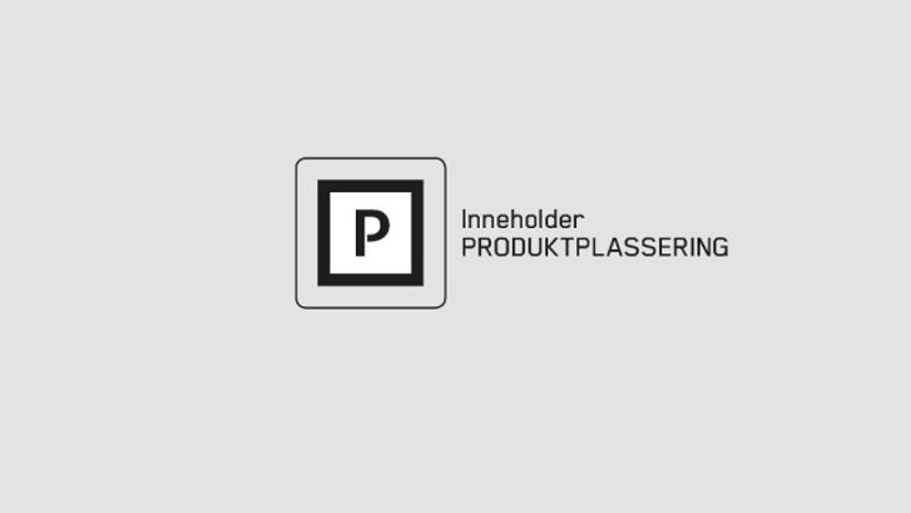 Plakat som informerer om at programmer og filmer inneholder produktplassering.