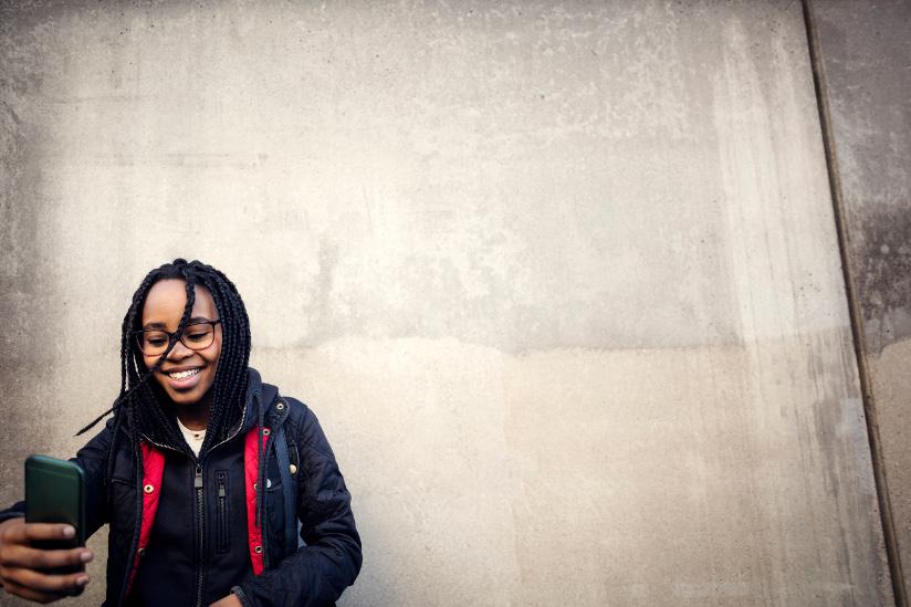 Fotografi av en tenåring som tar en selfie med smarttelefon.