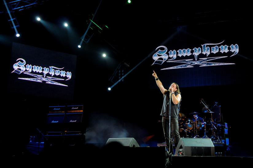 Fotografi av vokalisten fra Symphony X (Russell Allen) som opptrer på en musikkfestival i Bogata, Columbia, i 2013.