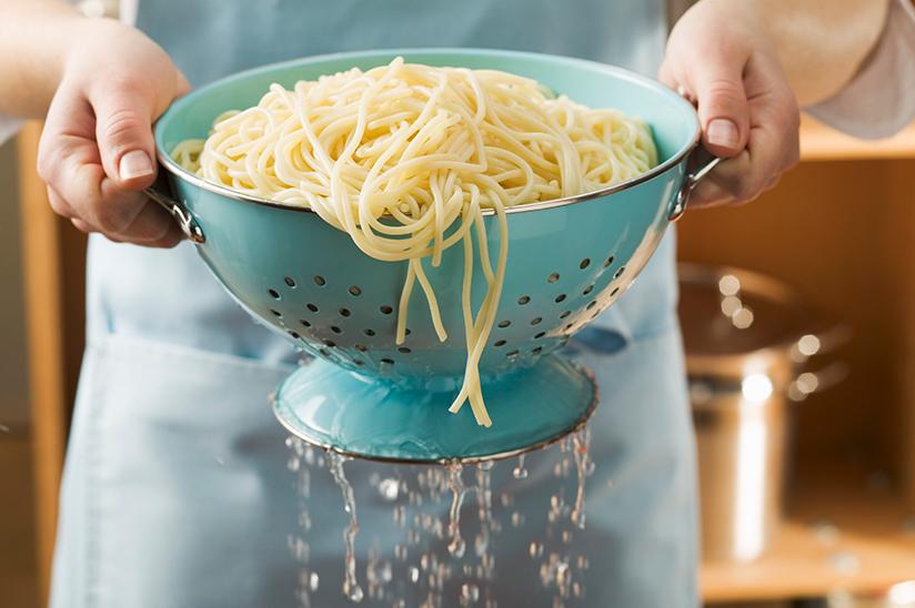 Fotografi av pasta som siles etter koking.