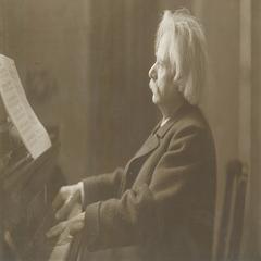 02_Edvard_Grieg_with_grand_piano,_c._1900.jpeg
